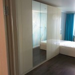 Набор шкафов в спальню . ЛДСП Ламарти Бежевый, Фасады Evogloss Galaxy Cream,  Двери распашные Tip On открываются от нажатия. 105000 руб.
