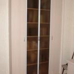 Шкаф ЛДСП со стеклянными дверцами.